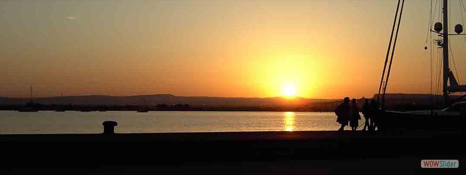 Solnedgång över Siracusas hamn